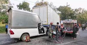 ตูมสนั่น! กระบะเบรกไม่ทันชนท้ายรถพ่วง 18 ล้อต้องใช้เครื่องตัดถ่างงัดร่างส่ง รพ.ลำปาง