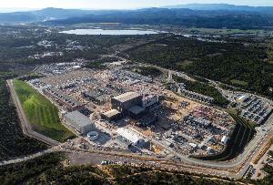 ที่ตั้งของเตาปฏิกรณ์ ITER ที่หมู่บ้าน Saint-Paul-l?s-Durance ที่อยู่ใกล้เมือง Cadarache ทางทิศตะวันออกเฉียงใต้ของฝรั่งเศส  (https://www.iter.org/)