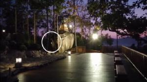 """(ชมคลิป) แชร์ว่อนภาพแสงคล้ายลูกแก้วลอยออกจาก """"องค์พระพุทโธ""""ค่ายศรีสองรัก"""