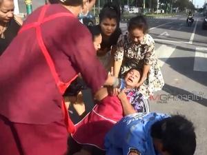 2 พี่น้องหญิงสาวขี่ จยย.ฝ่าไฟแดงกลางเมืองหาดใหญ่ ถูกกระบะชนกระเด็นสาหัส