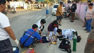 รีบไปไหน ! รถกระบะพุ่งชนเด็กนักเรียนร่างกระเด็นสลบคาทางม้าลายหน้าร.ร.บ้านแม่ปะใต้อาการสาหัส