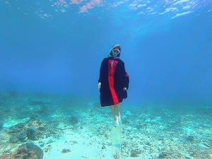 ไอเดียเก๋! บัณฑิตสาวหอบชุดครุยดำน้ำถ่ายรูป หมู่เกาะสุรินทร์ จ.พังงา