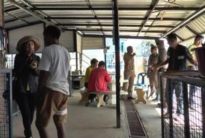 บุกตรวจสถานสงเคราะห์สุนัข ลูกจ้างร้องถูกนายจ้างต่างชาติกดขี่ขังในกรงหมา ให้อดข้าวอดน้ำ