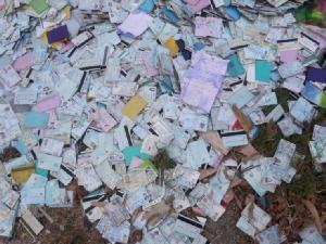 สุดงง! พบบัตรประชาชน-เอกสารราชการหลายร้อยใบถูกนำมากองทิ้งริม ถ.สุขุมวิทพัทยา ไม่รู้ที่มาที่ไป
