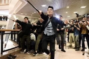 ผู้ชุมนุมฮ่องกงป่วนคริสต์มาสอีฟ ตะลุมบอนตำรวจในห้างฯและย่านท่องเที่ยว(ชมคลิป)