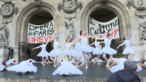 แดนซ์ไล่พี่!!กลุ่มผู้ประท้วงเต้นบัลเลต์ต้านแผนปฏิรูปบำนาญรัฐบาลฝรั่งเศส(ชมคลิป)