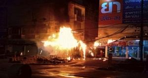 ระทึกรับอรุณ! เพลิงไหม้สายไฟบนเสาไฟฟ้ากลางเมืองสัตหีบ ทำชาวบ้านแตกตื่น