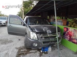 คนขับวูบหลับรถพุ่งชนเสาไฟฟ้า และร้านขายข้าวหลามที่สงขลา โชคดีไร้คนเจ็บ
