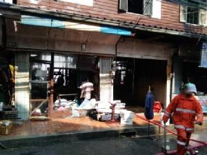 เพลิงไหม้บ้านไม้อายุกว่า 100 ปีกลางเมืองจันทบุรี ก่อนลุกลามติดบ้านเช่าอีก 5-6 หลัง