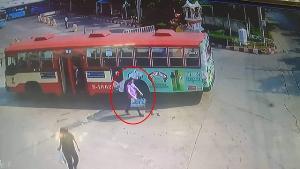 """วงจรปิดชัด """"ชายเสื้อม่วง"""" ฉกแผงลอตเตอรี่ ลุงขายหวยลืมไว้บนรถเมล์ วอนชาวเน็ตตามหา"""