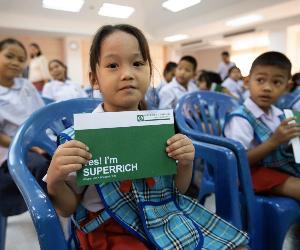 """""""ส.ส.อุ๋ม ธณิกานต์"""" ประสาน """"แพม ซุปเปอร์ริช สีเขียว"""" ร่วมแบ่งความสุขส่งท้ายปี มอบทุนการศึกษา 100,000 บาท ให้ 7 โรงเรียนในเขตบางซื่อ"""