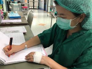 ชาวเน็ตชื่นชม! แพทย์สาวป่วยหนัก ถอดสายน้ำเกลือ ฮึดสู้ผ่าตัดผู้ป่วย 3 ราย