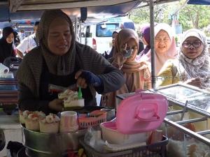 ยอดขายพุ่ง! แม่ค้าขายไอศกรีมมะพร้าวอ่อนแหลมสมิหลา เปิดให้กรุ๊ปทัวร์สั่งจองได้ล่วงหน้า