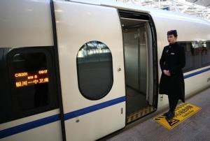 เจ้าหน้าที่ต้อนรับผู้โดยสารเส้นทางรถไฟความเร็วสูงสายแรกของเขตปกครองตัวเองหนิงซย่าหุย  (ภาพ ซินหัว)