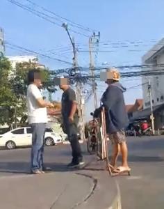 ชายกร่าง! คว้าหมวกกันน็อกฟาดศีรษะคู่กรณี เหตุข้ามถนนไม่ระวัง (ชมคลิป)