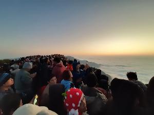วันหยุดสุดท้ายยังแน่น! คนแห่เที่ยวภูชี้ฟ้ารับแสงแรกแห่งปีนับหมื่น ถ้ำหลวงยังยอดนิยม