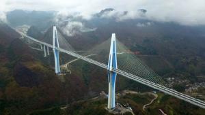 """""""สะพานเหยียบเมฆ"""" จีนเปิดใช้สะพานผิงถังในกุ้ยโจว เสาคอนกรีตสูงสุดในโลก เทียบตึก 110 ชั้น"""