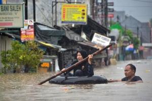 In Pics: ยอดเสียชีวิตน้ำท่วมอินโดนีเซียพุ่งเกือบ 30 สญหายจำนวนหนึ่ง