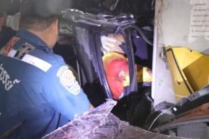 พ่อค้าข้าวโพดซิ่งรถกระบะเสียหลักพุ่งอัดเสาไฟฟ้าดับคาซากรถ