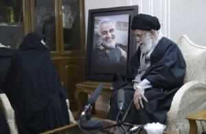 <i>อยาตอลเลาะห์ อาลี คอเมเนอี ผู้นำสูงสุดของอิหร่าน (ขวา) ต้อนรับปลอบขวัญครอบครัวของนายพลกาเซ็ม โซไลมาเน ที่บ้านพักของผู้นำสูงสุดในกรุงเตหะรานเมื่อวันศุกร์ (3 ม.ค.) (ภาพจากเว็บไซต์อย่างเป็นทางการของผู้นำสูงสุดอิหร่าน)</i>