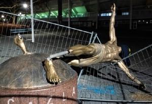 """แค้นไม่มีสิ้นสุด!! รูปปั้น """"ซลาตัน"""" ถูกโค่นขาหักคาพื้น"""
