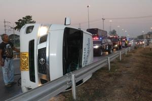 รถตู้รับส่งคนงานยางรั่วทำให้รถเสียหลักพลิกคว่ำกลางถนน บาดเจ็บระนาว