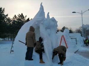 โค้งสุดท้ายแข่งแกะสลักหิมะนานาชาติ วิทยาลัยสารพัดช่างตราด มั่นใจคว้ารางวัลได้แน่