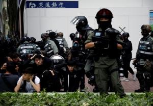 """In Clip: ประท้วงฮ่องกงนับสิบถูกจับ หลังเดินขบวนเมืองพรมแดนต่อต้าน """"การค้าคู่ขนานของจีน"""" – หัวหน้าสนง.ประสานงานปักกิ่งคนใหม่เปิดใจ"""