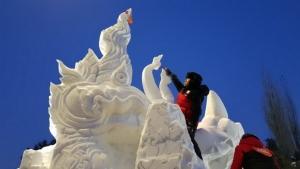 ทีมนักศึกษาวิทยาลัยอาชีวศึกษาอุบลราชธานี ใช้ศิลปะแกะสลักต้นเทียนพรรษา มาแกะก้อนหิมะ ที่เมืองฮาร์บิน กรุยทางคว้าแชมป์สมัยที่ 3