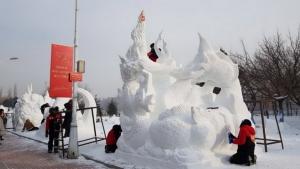 แชมป์แกะสลักหิมะอาชีวะอุบลฯ โชว์ศิลปะต้นเทียนพรรษา ทวงแชมป์สมัยที่ 3