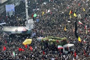"""อิหร่านนับล้านร่วมอาลัย """"โซไลมานี"""" ชวนลงขัน 2,400 ล้าน เป็นค่าหัว """"ทรัมป์"""""""