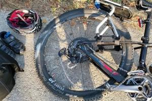 ระทึก! เก๋งหลับในเฉี่ยวชนรถจักรยานนักท่องเที่ยวได้รับบาดเจ็บ