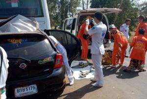 สลด! หนุ่มครบุรี โคราชควบเก๋งพุ่งชนอัดก๊อปปี้ท้ายรถบัสจอดเสียข้างทางพังยับ ดับ 2 ศพ