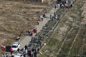 ร่างของผู้เสียชีวิตจากเครื่องบินโดยสารยูเครนตกทที่บริเวณนอกกรุงเตหะราน ซึ่งทีมเจ้าหน้าที่กู้ภัยของอิหร่านรวบรวมมาได้ เมื่อวันพุธ (8 ม.ค.)