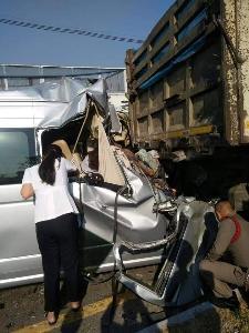 สุดสลด! รถตู้เสยท้ายสิบล้อจอดเสียกลางถนนสระบุรี-หล่มสัก ดับ 5 เจ็บอีกนับสิบ