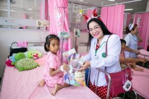 คุณหมอ-พยาบาล รพ.มหาสารคาม แจกของขวัญเด็กป่วยถึงเตียงคนไข้
