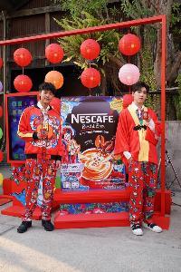 """""""โป๊ป-เจมส์จิ"""" นำทีมเดินพรมแดง """"ชงโชครับตรุษจีน"""" สไตล์อินเตอร์แอคทีฟ ครั้งแรกในไทย กับเนสกาแฟ เบลนด์ แอนด์ บรู"""
