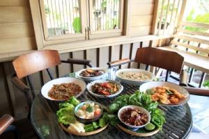 """""""นภ นานา"""" ชิมอาหารไทยโบราณ บรรยากาศบ้านในสวน"""