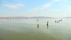 (ชมคลิป)สำรวจเขื่อนอุบลรัตน์น้ำติดลบ 5% ซากโบสถ์เก่าแก่โผล่ให้เห็น