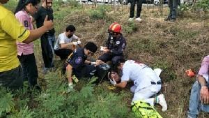 รถตู้รับนักท่องเที่ยวชาวอังกฤษหมุนชนราวกั้นเกาะกลางถนนมอเตอร์เวย์ เจ็บเพียบ