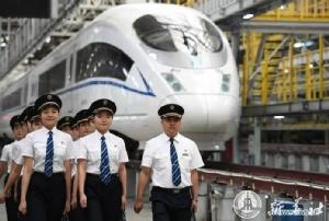 พนักงานขับรถไฟหัวกระสุนหญิงชุดแรกของจีน หลังผ่านการฝึกอบรมซึ่งกินระยะเวลานาน 3 ปี (ภาพซินหัว)