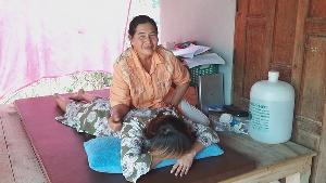 สุดยอดแม่วัย 61 รับจ้างนวดหาเลี้ยงลูกวัย 32 พิการสมองชอบเอาหัวโขกเสา-ไม่สวมเสื้อผ้า