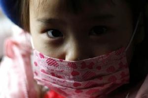 การป้องกันไวรัสปอดบวมจากเมืองอู่ฮั่น คือสวมหน้ากากอนามัย ล้างมือ ไม่สัมผัสกับสัตว์ป่าสัตว์ปีก ขณะนี้ยังไม่มีวัคซีนป้องกันไวรัสโคโรนาตัวใหม่  ในภาพ: เด็กญี่ปุ่นสวมหน้ากากอนามัยขณะนั่งรถโรงเรียน (แฟ้มภาพรอยเตอร์ส)