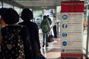 กระทรวงสาธารณสุขไทยได้ขยายมาตรการติดตามที่สนามบินสี่แห่งที่มีเที่ยวบินตรงจากอู่ฮั่น ได้แก่ สุวรรณภูมิ ดอนเมือง เชียงใหม่ และภูเก็ต ภาพ: ป้ายประกาศมาตรการตรวจเช็คผู้โดยสารที่สนามบินสุวรรณภูมิเพื่อระวังโรคระบาดจากไวรัสโคโรนาสายพันธุ์ใหม่ (แฟ้มภาพรอยเตอร์ส)