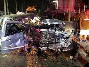 กระบะซิ่งแหกโค้งชนรถยนต์จอดข้างทาง เสาไฟฟ้าหัก 1 ต้นเจ็บ 4 ราย