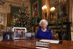 สมเด็จพระราชินีนาถเอลิซาเบธที่ 2 แห่งอังกฤษทรงมีพระราชดำรัสอวยพรเนื่องในเทศกาลคริสต์มาสเมื่อวันที่ 24 ธ.ค. ปีที่แล้ว โดยเป็นที่น่าสังเกตว่าไม่มีพระฉายาลักษณ์ของครอบครัวเจ้าชายแฮร์รีวางอยู่บนโต๊ะด้วย