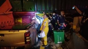 ลุ้นระทึก!! กู้ภัยช่วยคนเจ็บขับกระบะชนกลางคันเทรลเลอร์ รอดเหลือเชื่อ