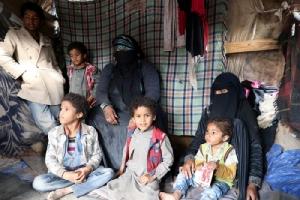 <i>ซามีรา ฮุสเซน นัสเซอร์ วัย 40 ปี นั่งอยู่กับลูกๆ ของเธอภายในกระท่อมซึ่งพวกเขาพำนักอาศัย ในค่ายสำหรับผู้พลัดถิ่นที่หนีภัยสงครามภายในเยเมน ซึ่งตั้งอยู่ใกล้ๆ กรุงซานา เมืองหลวงของเยเมน (ภาพถ่ายเมื่อวันที่ 21 ธ.ค. 2019) </i>