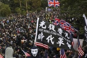 <i>ผู้ประท้วงโบกธงชาติสหรัฐฯและธงชาติอังกฤษ ระหว่างการชุมนุมต่อต้านรัฐบาลฮ่องกง เรียกร้องประชาธิปไตยแบบมีการเลือกตั้ง และเรียกร้องให้บอยคอตต์พรรคคอมมิวนิสต์จีน ที่สวนสาธารณะบริเวณใจกลางเกาะฮ่องกงเมื่อวันอาทิตย์ (19 ม.ค.) ก่อนที่ผู้ชุมนุมจะทะลักออกมาสู่ท้องถนน ทำให้ตำรวจสั่งยุติการชุมนุม </i>