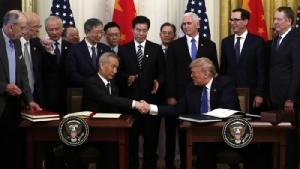 <i>ประธานาธิบดีโดนัลด์ ทรัมป์ ของสหรัฐฯ จับมือกับรองนายกรัฐมนตรีหลิว เหอ ของจีน ภายหลังทั้งสองลงนามในข้อตกลงการค้า เฟส 1 ที่ทำเนียบขาว ในกรุงวอชิงตัน วันที่ 15 ม.ค. </i>